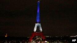 Tháp Eiffel được chiếu sáng màu quốc kỳ xanh, trắng, đỏ của Pháp để vinh danh các nạn nhân của các vụ tấn công khủng bố ở Paris, ngày 16/11/2015.