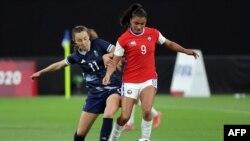 La milieu de terrain britannique Caroline Weir (à gauche) défie l'attaquante chilienne Maria Jose Urrutia lors du match de football du premier tour du groupe E féminin des Jeux Olympiques de Tokyo 2020 entre la Grande-Bretagne et le Chili au Sapporo Dome