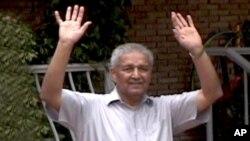 ڈاکٹر عبدالقدیر خان اپنی رہائش گاہ کے باہر ذرائع ابلاغ کے نمائندوں کو دیکھ کر ہاتھ ہلا رہے ہیں