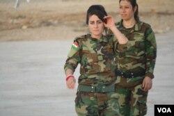 Pejuang perempuan muda mengatakan mereka berharap bisa memerangi militan ISIS setelah perkosaan massal, eksekusi dan penculikan yang menurut PBB bisa dikategorikan sebagai genosida, 14 November 2016, di Snuny, Irak. (H. Murdock/VOA)