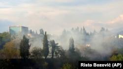 Dim iznad Podgorice (AP Photo/Risto Bozovic)