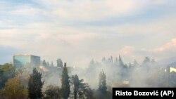 Dim se diže iznad glavnog grada Crne Gore (AP Photo/Risto Bozovic)