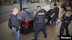FOTO: El Servicio de Inmigración y Control de Aduanas (ICE), defendió esta acciones.