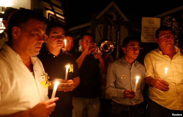 Residents hold lighted candles as they pay homage in front of Gabriel Garcia Marquez's home in Aracataca, April 17, 2014.