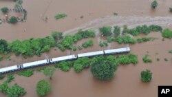 په هند کې په سیلاب کې گیر پاته ریل گاډی