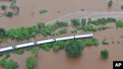 Na fotografiji indijske mornarice vidi se ekspresni voz Mahalakmi, u poplavljenom delu zapadne države Maharaštra, 27. jula 2019.