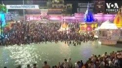 Hindistan'da Corona'ya Meydan Okuyan Dini Festival Sürüyor