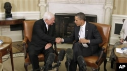 President Barack Obama and Panamanian President Ricardo Martinelli shake hands in the Oval Office of the White House in Washington, April 28, 2011.