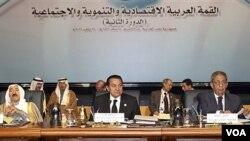 Amir Sheik Sabah Al Ahmed Al Sabah, President Mesir Hosni Mubarak, dan Sekjen Liga Arab Amr Moussa pada pertemuan Ekonomi Liga Arab di Mesir.