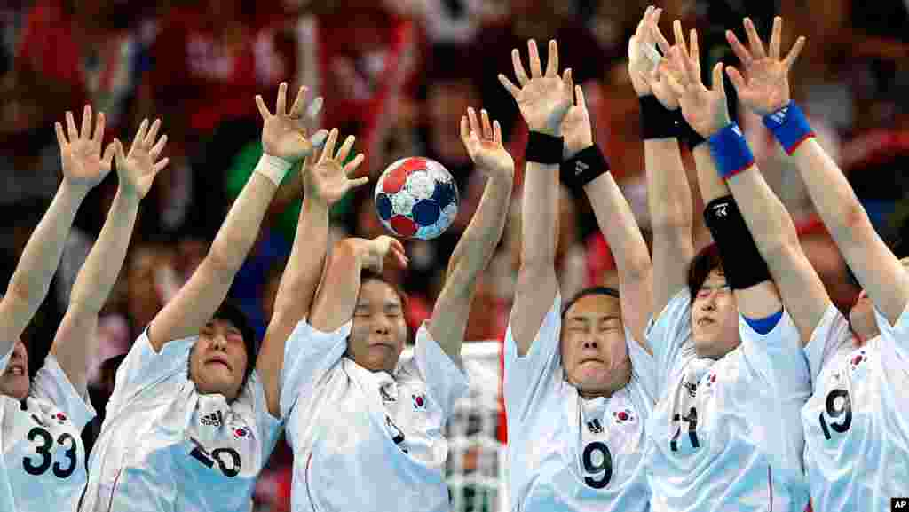 South Korea's players deflect the final free throw of the match by Russia, winning their women's handball quarterfinal.