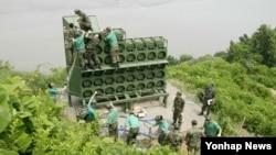 지난 2004년 한국 서부전선 무력부대 오두산전망대에서 군인들이 대북선전용 확성기를 철거하고 있다. 당시 남북장성급군사회담 부속합의에 따라 확성기 방송을 중단했었다. (자료사진)