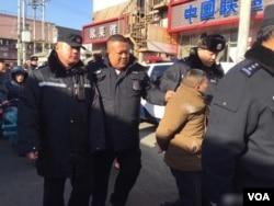 世界人权日当天,北京望京地区费家村发生群体抗议事件,有抗议者被警方抓走。(网络截图)