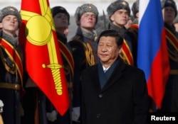 习近平主席在莫斯科机场的欢迎仪式上检阅仪仗队(2014年3月22日)