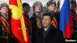 22일 러시아 모스크바 브누코보 공항에 도착해 군 의장대의 환영인사를 받는 시진핑 중국 국가주석.