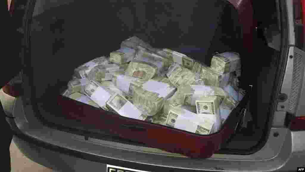 این پولها در ماشین یکی از وزرای سابق آرژانتین کشف شد.
