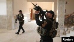 Lực lượng đặc nhiệm Iraq đang lục soát một tòa nhà tại Bartella, phía Đông Mosul, Iraq, ngày 21 tháng 10 năm 2016.