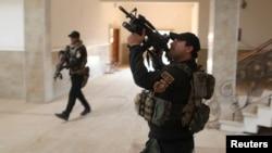Pripadnici specijalnih jedinica irake vojske pretražuju zgradu unutar kompelsa crkve u Barteli, istočno od Mosula