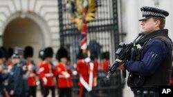 Polisi Inggris berjaga-jaga di luar Istana Buckingham.