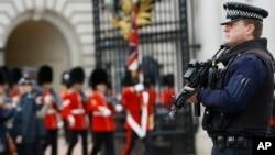 Un policía armado vigila una de las entradas al palacio de Buckingham luego del ataque terrorista de ayer por la tarde.
