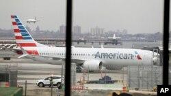 Pesawat Boeing 737 MAX 8 milik maskapai American Airlines di bandara New York (foto: dok).