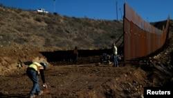 工人在美国-墨西哥边界上修筑隔离墙(2018年12月13日)