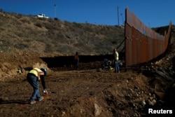 工人在美國-墨西哥邊界上修築隔離牆(2018年12月13日)