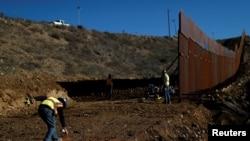 Строительство пограничной стены в районе мексиканского грода Тихуана