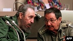 Hai anh em Fidel Castro (trái) và Raul Castro. Hình chụp năm 1999. (AFP)