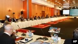 """Các đại biểu từ hơn 100 quốc gia làm việc tại cuộc họp nhóm """"Bạn của Syria"""" ở Marrakech, Maroc, 12/12/2012. (AP Photo/Abdeljalil Bounhar)"""