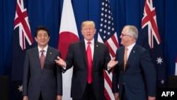美国总统川普(中)与日本首相安倍晋三(左)和澳大利亚总理特恩布尔在东盟峰会间隙举行三方会谈。(2017年11月13日)