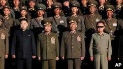 2010年10月6日朝鲜官媒发布朝鲜领导人金正日(右一)和金正恩(左一)与朝鲜军人合影