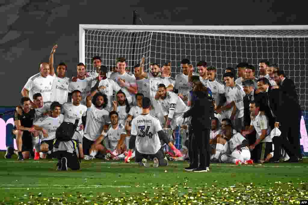 فتح کے بعد ریال میڈرڈ کے تمام کھلاڑیوں کا اسپینش لیگ جیتنے کے بعد گروپ فوٹو جو دنیا بھر کے ذرائع ابلاغ کی زینت بنا ہوا ہے۔