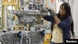 Trabajadora en la planta de ensamblaje de General Motors en Toledo, Ohio.