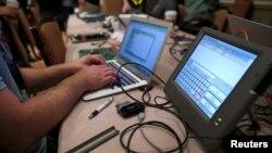 Một tin tặc đang thao tác tại một hội nghị về tin tặc ở Las Vegas, Nevada, ngày 29/7/2017.