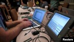 ایک ہیکر ووٹنگ مشین سے ڈیٹا چرانے کی کوشش کر رہا ہے۔ فائل فوٹو