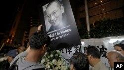 Người biểu tình ở Hong Kong khóc thương ông Lưu Hiểu Ba, 13/7/2017