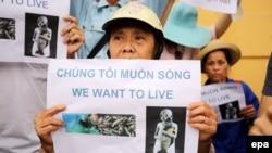 Người dân biểu tình phản đối vụ cá chết với biểu ngữ 'Chúng tôi muốn sống'.