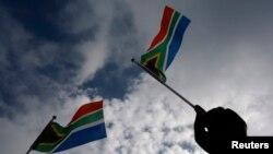 Les drapeaux de l'Afrique du Sud flottent à Pretoria, le 11 décembre 2013. (REUTERS/Yannis Behrakis )