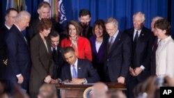 """2010年12月22号美国总统奥巴马签署废除""""不问,不说""""政策(资料照)"""