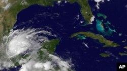 Imágen proveída por la Administración Océanica y Atmosférica de Estados Unidos que muestra la posición de la tormenta tropical Barry, este jueves a las 4:45 a.m.