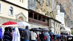 Vjernici pred manastirom Ostrog