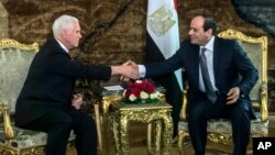 U.S. Vice President Mike Pence shakes hands with Egyptian President Abdel-Fattah el-Sissi at the Presidential Palace in Cairo, Jan. 20, 2018.