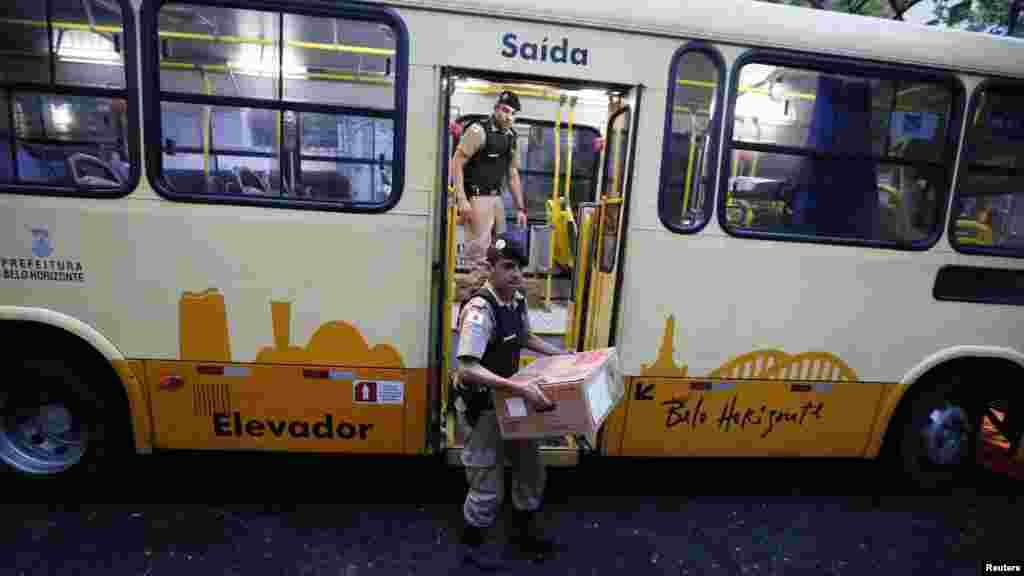Maboxi yenye vyeti vya kupiga kura vinawasilishwa kwa basi katika kituo cha kupiga kura kabla ya vituo kufunguliwa kwa duru ya pili ya uchaguziwa rais nchini Brazili huko Belo Horizonte, Oct. 26, 2014