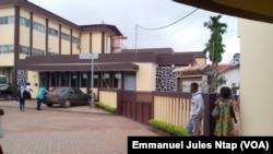 Un pavillon de l'hôpital central de Yaoundé où certains médecins observent le mot d'ordre de grève, le 17 avril 2017. (VOA/Emmanuel Jules Ntap)