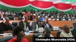 Les députés burundais viennent d'approuver la demande de sortie de la CPI, à Bujumbura, Burundi, le 12 octobre 2016. (VOA/Christophe Nkurunziza)