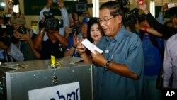 Thủ tướng Campuchia Hun Sen đi bỏ phiếu tại thị trấn Takhmau, phía nam thủ đô Phnom Penh, ngày 28/7/2013.