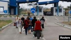Dân Ukraine đi bộ qua biên giới Nga trong vùng Rostov, để trở lại Ukraine 19/8/14
