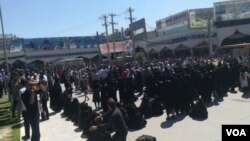 In this photo sent to VOA Persian by an audience member, residents of the southern Iranian city of Kazerun, many of them women dressed in black chadors, join a protest on May 17, 2018, after security forces violently cracked down on demonstrators the night before, killing at least one person. The protesters oppose a government plan to divide their city administratively.