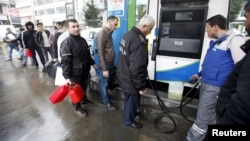 People line up for fuel at a gas station in Istanbul, March 31, 2015. A major power outage hit cities and provinces across Turkey on Tuesday, including the capital of Ankara and the biggest city, Istanbul.