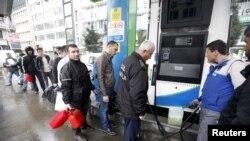 Dân chúng xếp mua nhiên liệu tại một trạm xăng ở Istanbul, ngày 31/3/2015.
